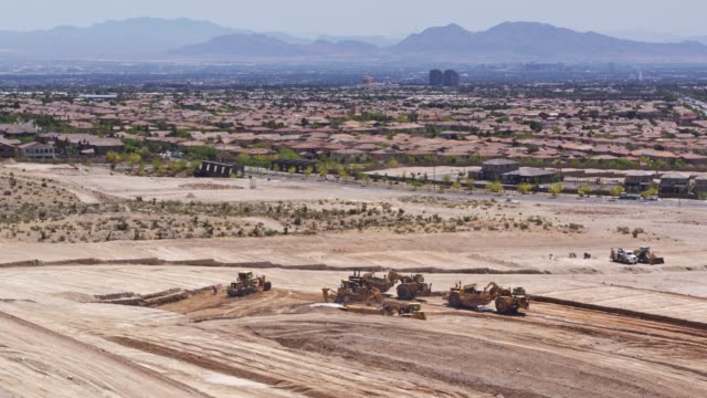 vídeos de stock e filmes b-roll de leveling ground at construction site in las vegas - drone shot - expansão urbana