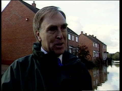 rescue near worcester; itn upton on severn: car along through floodwater britton and ed gallagher standing in floodwater chatting ed gallagher... - itv late evening bulletin点の映像素材/bロール