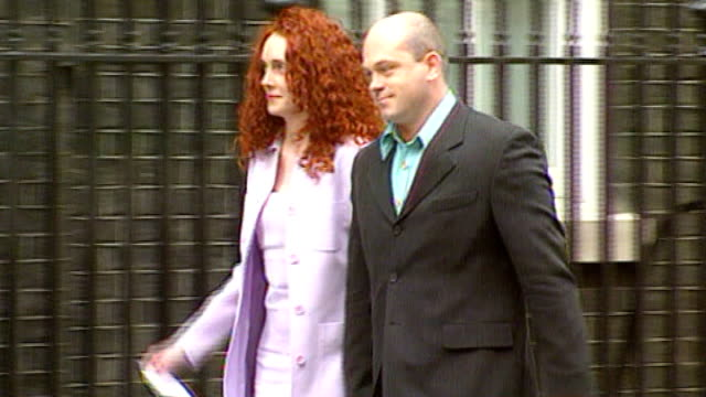 former metropolitan police chief lord stevens gives evidence lib rebekah wade and her husband ross kemp arriving at number 10 for 'showbiz party'... - レベッカ ブルックス点の映像素材/bロール