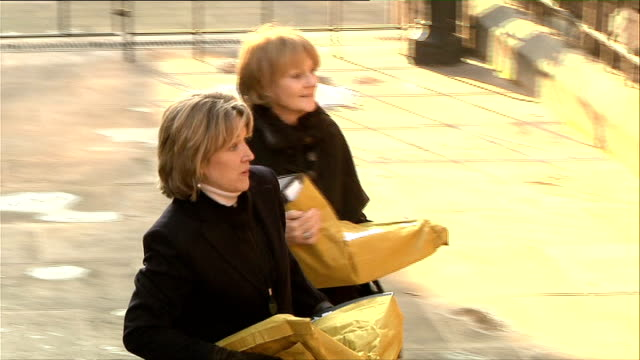 vidéos et rushes de leveson inquiry into media ethics and phone hacking editor of the times gives evidence england london high court ext women carrying heavy bags of... - dilemme moral