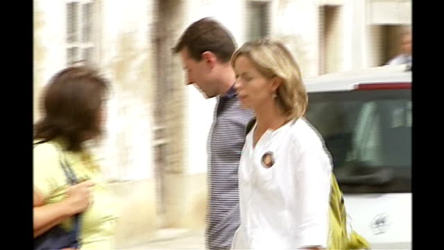 david cameron rejects full backing of proposals 692007 portugal portimao ext gerry mccann kisses kate mccann kate mccann along through scrum of press... - kate mccann stock videos & royalty-free footage