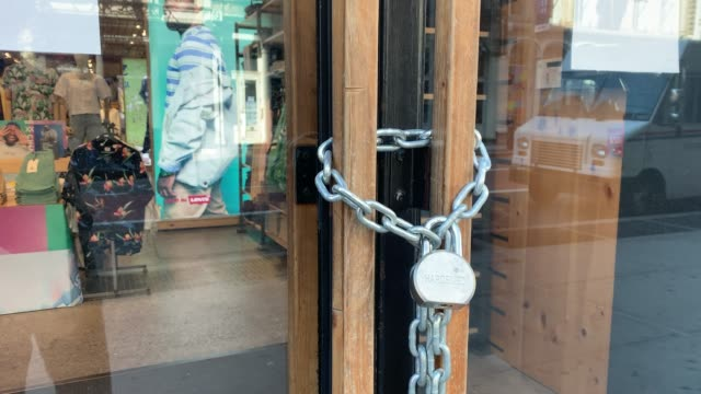 stockvideo's en b-roll-footage met levi's store stands locked along broadway as the coronavirus keeps financial markets and businesses mostly closed on may 07, 2020 in new york city.... - dicht
