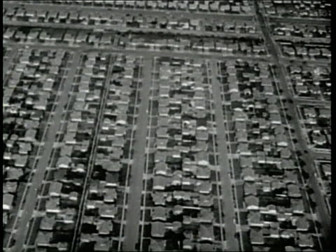vídeos y material grabado en eventos de stock de levittown, new york, is the first of many mass-produced cities to rise after world war ii. - barrio con viviendas idénticas