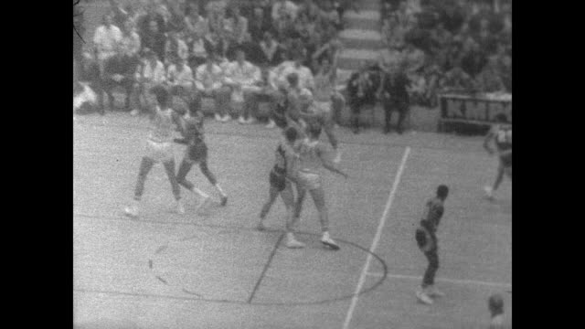 of lew alcindor at ucla bruins game against southern california / warms up in front of seated crowd / different angles of alcindor making baskets and... - ucla点の映像素材/bロール