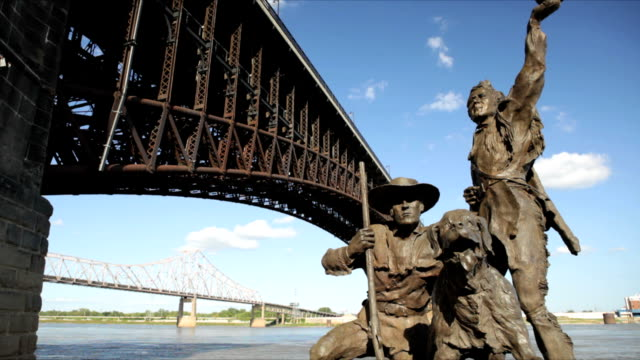 ws lewis and clark statue along mississippi river / st louis, missouri, usa   - 探検家 ウィリアム・クラーク点の映像素材/bロール