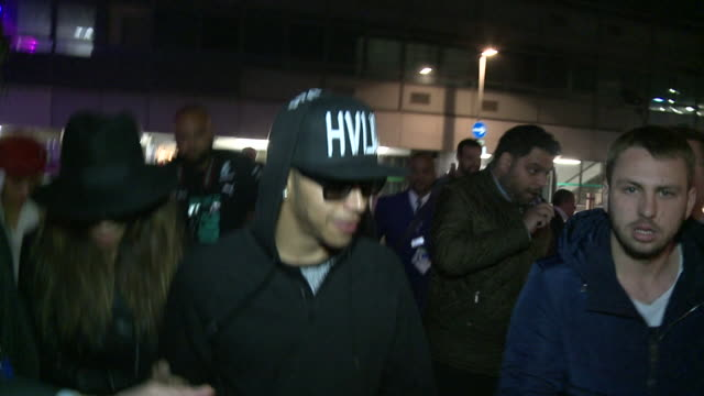 vídeos de stock, filmes e b-roll de lewis hamilton mobbed by media and fans as he returned to heathrow after winning formula one drivers championship in abu dhabi accompanied by... - lewis hamilton nicole scherzinger