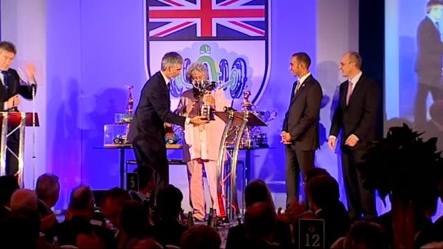 vidéos et rushes de lewis hamilton wins award hamilton presented with the graham hill trophy 2008 by widow of graham hill sot - graham hill