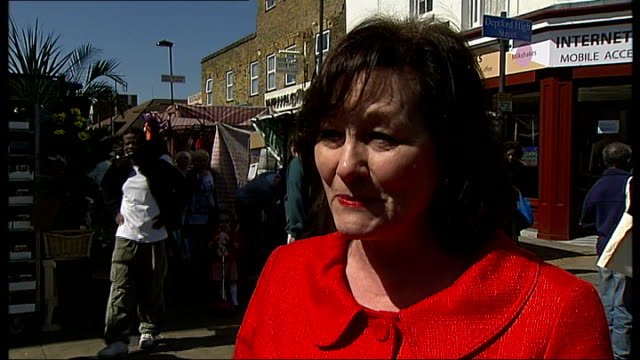 joan ruddock campaigning in market area speaking to local people joan ruddock mp interview sot row of suburban houses shots of liberal democrat... - tam bildbanksvideor och videomaterial från bakom kulisserna