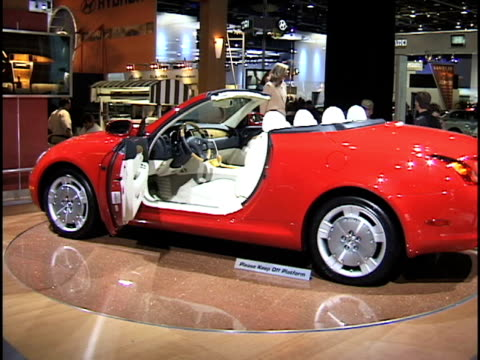 ws lexus sc 430 revolving on turntable with top up / ws lexus with top down woman gets in car pushes a button and the retractable hard top extends... - menschlicher arm stock-videos und b-roll-filmmaterial