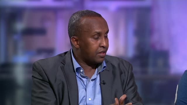 somali community concerns england london gir int sahel ali studio interview sot - アフリカの角点の映像素材/bロール