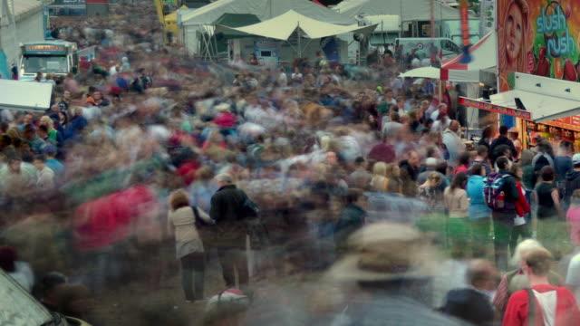 lfestival, large crowd, gathering,  stalls, family, friends, day trip, duskarge crowd flowing through the food stalls at the bristol international balloon fiesta - bristol england stock-videos und b-roll-filmmaterial