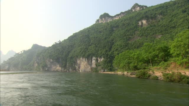 ws pov pan li river and mountain with lush foliage, guilin, guangxi zhuang autonomous region, china - li river stock videos & royalty-free footage