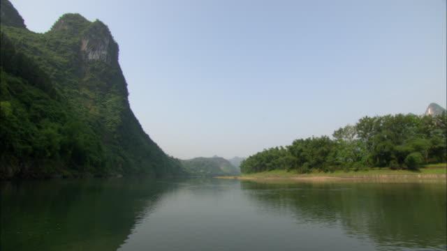 ws pov li river and mountains, guilin, guangxi zhuang autonomous region, china - guangxi zhuang autonomous region china stock videos & royalty-free footage