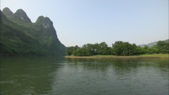 ws pov li river and mountains, guilin, guangxi zhuang autonomous region, china - li river stock videos & royalty-free footage