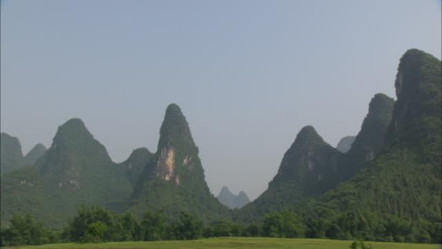 ws pov zo pan li river and mountains, guilin, guangxi zhuang autonomous region, china - li river stock videos & royalty-free footage