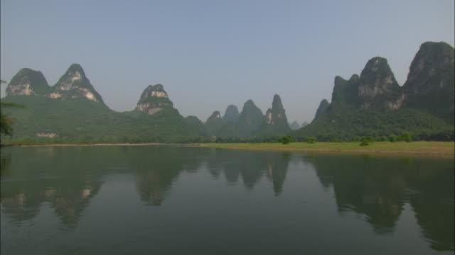 ws pov pan li river and mountains, guilin, guangxi zhuang autonomous region, china - li river stock videos & royalty-free footage
