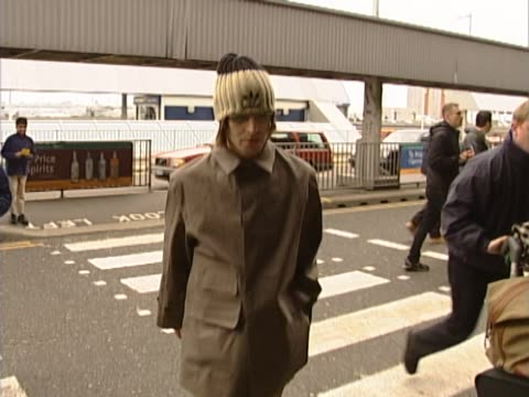 liam and noel gallagher fly out from heathrow to tokyo amidst rumours that the band oasis was to split following rows between the brothers. walk from... - オアシス点の映像素材/bロール