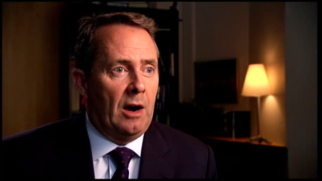 vídeos y material grabado en eventos de stock de liam fox mp interview liam fox interview sot it's ironic that the united states are actually now talking to us about how we carried out our defence... - liam fox político