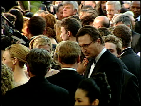 vídeos y material grabado en eventos de stock de liam neeson at the 1999 academy awards at the shrine auditorium in los angeles california on march 21 1999 - 71ª ceremonia de entrega de los óscars