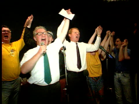 ballot closed lib 14989 brighton paddy ashdown mp singing 'we shall overcome' on stage with other liberal democrats london tbv audience - strohhut stock-videos und b-roll-filmmaterial