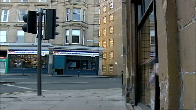 expected candidates int/ext sir menzies campbell mp buying newspaper from shop along down street to house - sir menzies campbell bildbanksvideor och videomaterial från bakom kulisserna