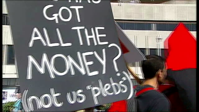 vídeos y material grabado en eventos de stock de opening day england east sussex brighton ext protester carrying placard reading 'who has got all the money ' protesters with placards marching along... - east sussex