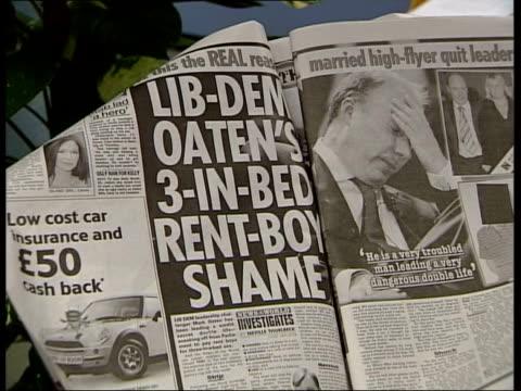 liberal democrat party: mark oaten resignation; london: int cms article in newspaper on oaten 'rent boy' allegations - itv weekend late news点の映像素材/bロール