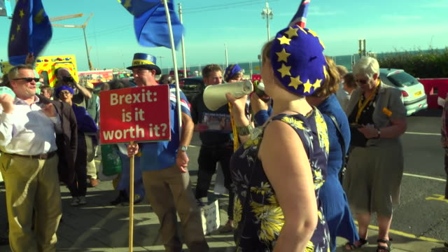vídeos de stock e filmes b-roll de liberal democrat supporters protesting in favour of a people's vote on brexit in brighton - conferência partidária