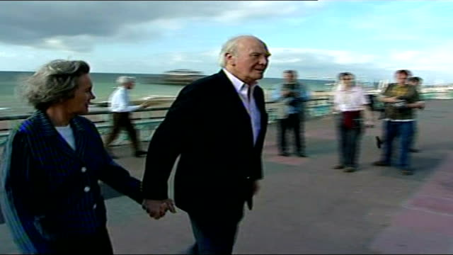 sir menzies campbell faces criticism 16907 england sussex brighton ext sir menzies campbell mp and wife lady elspeth campbell walking along seafront... - sir menzies campbell bildbanksvideor och videomaterial från bakom kulisserna