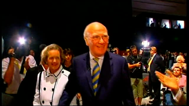 sir menzies campbell responds to criticism int sir menzies campbell mp along with lady elspeth campbell at liberal democrat party conference as party... - sir menzies campbell bildbanksvideor och videomaterial från bakom kulisserna