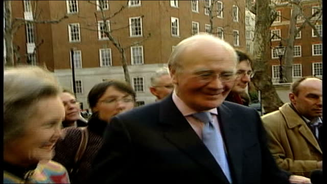campbell elected leader england london smith square ext mid shot sir menzies campbell mp along with colleagues and press top mid shot campbell waving... - sir menzies campbell bildbanksvideor och videomaterial från bakom kulisserna