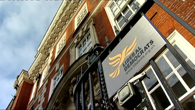 liberal democrats decide not to pursue disciplinary action against lord rennard over sexual harassment claims r09121016 / 9122010 ext exterior of... - クリス・レナード点の映像素材/bロール