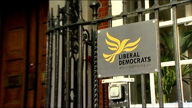 liberal democrats decide not to pursue disciplinary action against lord rennard over sexual harassment claims r09121016 / 9122010 exterior of liberal... - クリス・レナード点の映像素材/bロール
