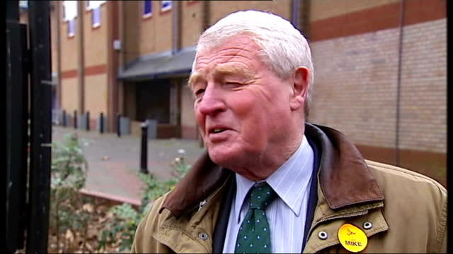vídeos de stock e filmes b-roll de liberal democrats: lord ashdown reaction in eastleigh; england: hampshire: eastleigh: ext lord ashdown with party workers and interview on lord... - hampshire