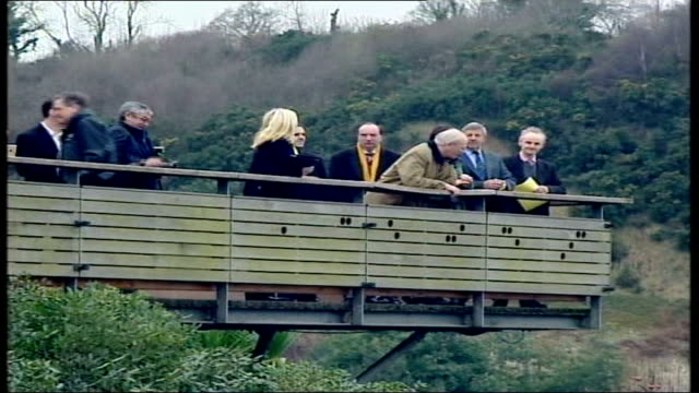 mark oaten sex scandal cornwall eden project ls sir menzies campbell with group of others on wooden platform during visit to eden project ms campbell... - sir menzies campbell bildbanksvideor och videomaterial från bakom kulisserna