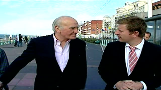 menzies campbell faces criticism from senior party members sir menzies campbell mp interview as walking along brighton front with his wife sot i've... - sir menzies campbell bildbanksvideor och videomaterial från bakom kulisserna