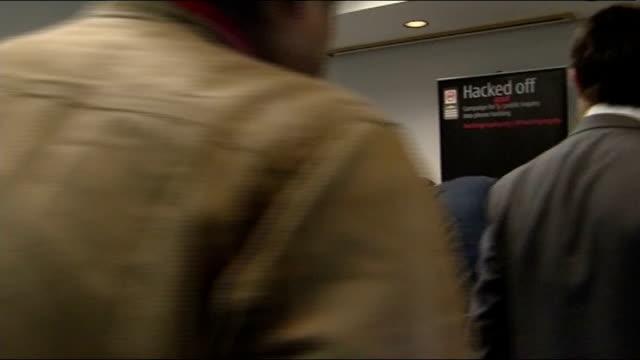 vidéos et rushes de hugh grant attends meeting about phone hacking scandal england west midlands birmingham photography** hugh grant arriving and photographers taking... - scandale politique