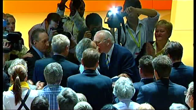 sir menzies campbell defends his leadership lib photography *** campbell kissing his wife lady elspeth campbell as party members applaud and press... - sir menzies campbell bildbanksvideor och videomaterial från bakom kulisserna