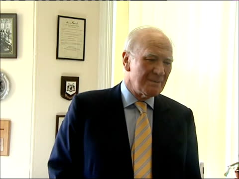 sir menzies campbell 1st anniversary as leader arrival campbell meeting liberal democrat party workers and speaking to press sot / campbell preparing... - sir menzies campbell bildbanksvideor och videomaterial från bakom kulisserna