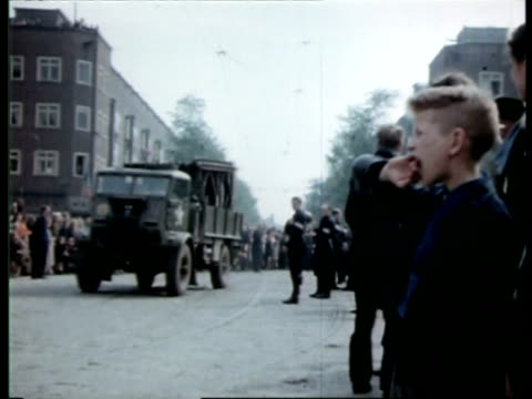 vídeos de stock, filmes e b-roll de liberation of amsterdam and passage of canadian soldiers / amsterdam noordholland netherlands - 1945