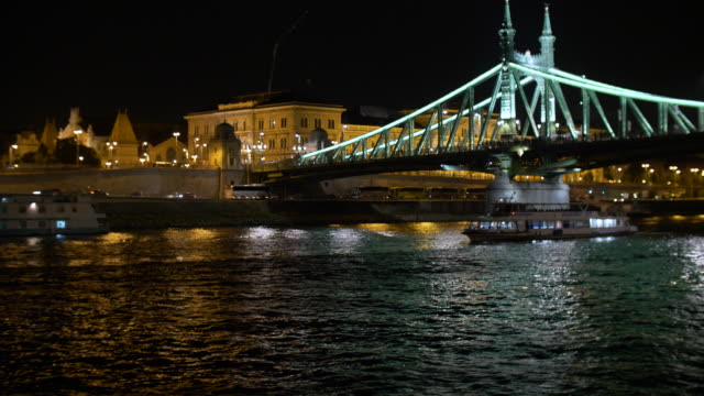 liberty bridge at night, in budapest - liberty bridge budapest stock videos & royalty-free footage