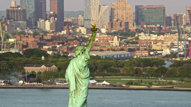 空中リバティ リバティ島に世界を啓発 - 自由の女神点の映像素材/bロール