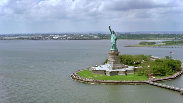 空中のリバティ島と太陽の下で自由の女神像 - 自由の女神点の映像素材/bロール