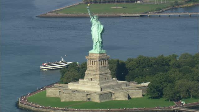 aerial liberty island with statue of liberty / new york city, new york, usa - 自由の女神点の映像素材/bロール