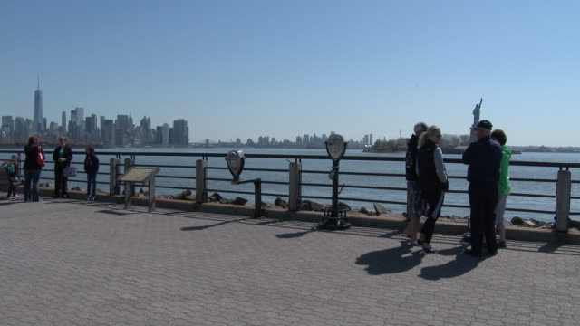 liberty state park waterfront, lower manhattan skyline, statue of liberty - ジャージーシティ点の映像素材/bロール