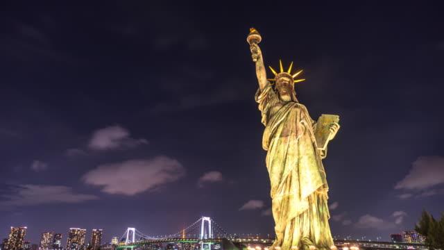 東京の夜の自由の彫像。
