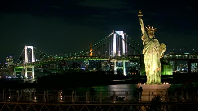 微速度撮影の女神像東京タワーやレインボーブリッジ nightview お台場、日本 - 像点の映像素材/bロール