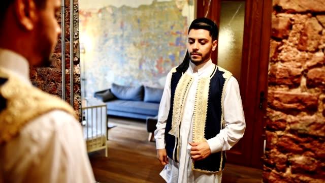 vídeos de stock e filmes b-roll de libic business man in front of the mirror - oriente médio