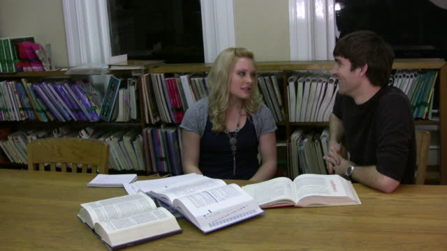 vídeos y material grabado en eventos de stock de bibliotecario hablar con los niños pueden ser tranquila - dedo sobre labios