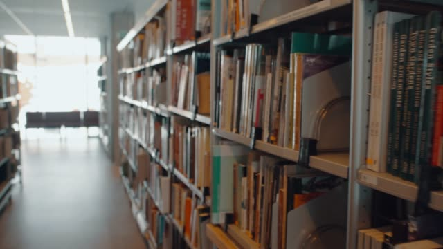 stockvideo's en b-roll-footage met bibliotheek boekenplanken - shelf